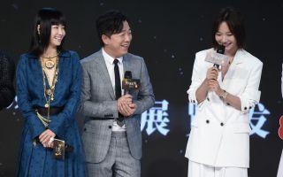 电影《被光抓走的人》举行发布会 王珞丹白色西装甜笑温柔 黄渤遭谭卓调侃