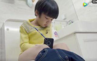 熊爸熊孩子:儿子偷拿爸爸手机去玩,结果掉马桶里了!