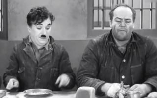 卓别林经典影片《摩登时代》,这是一个能让人笑喷的片段