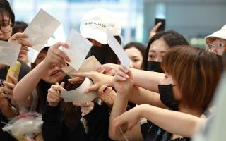 网曝杨颖遭机场保安推行前进被粉丝提醒 保安:推她怎么了!