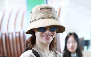钟楚曦现身北京机场 运动装潮酷十足 对镜自信微笑