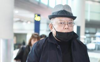 71岁王刚现身机场,装扮休闲低调依旧有大佬范儿
