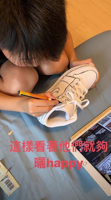 """张柏芝周末陪儿子DIY运动鞋 小Q将耐克变身成""""AJ"""""""