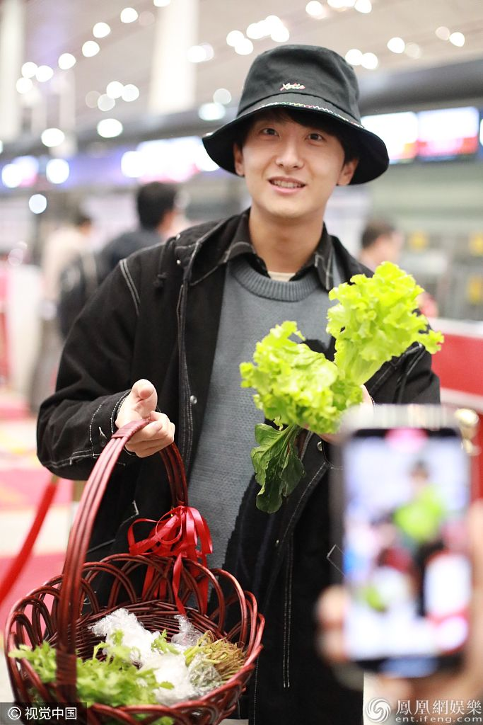 前有黄渤收芹菜,后有牛骏峰获菜篮…粉丝送礼也太硬核了吧!