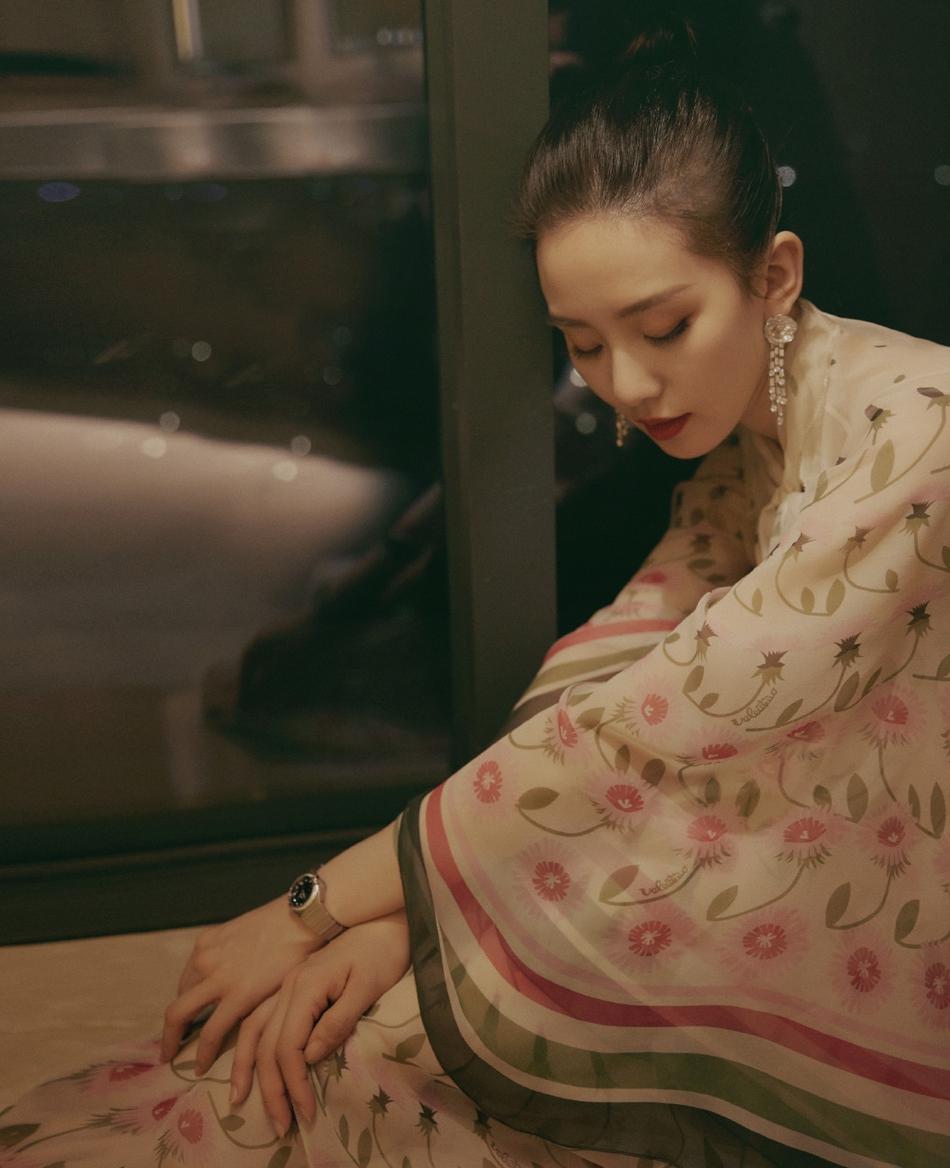 刘诗诗穿薄纱长裙坐窗边 安静妩媚好撩人