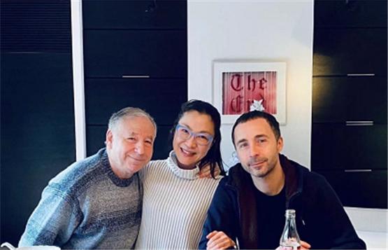 杨紫琼晒全家福共享晚餐   和74岁富豪男友甜蜜合影