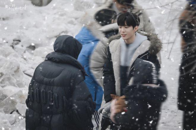 范丞丞新戏《左肩有你》曝雪天拍摄路透
