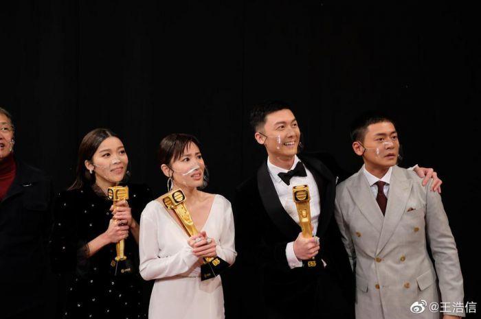 王浩信晒TVB颁奖礼后台合照 发文感恩剧组主创
