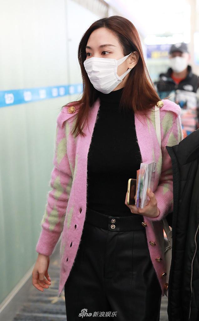 王霏霏穿粉色系针织外套显温柔 长发披肩皮肤状态好