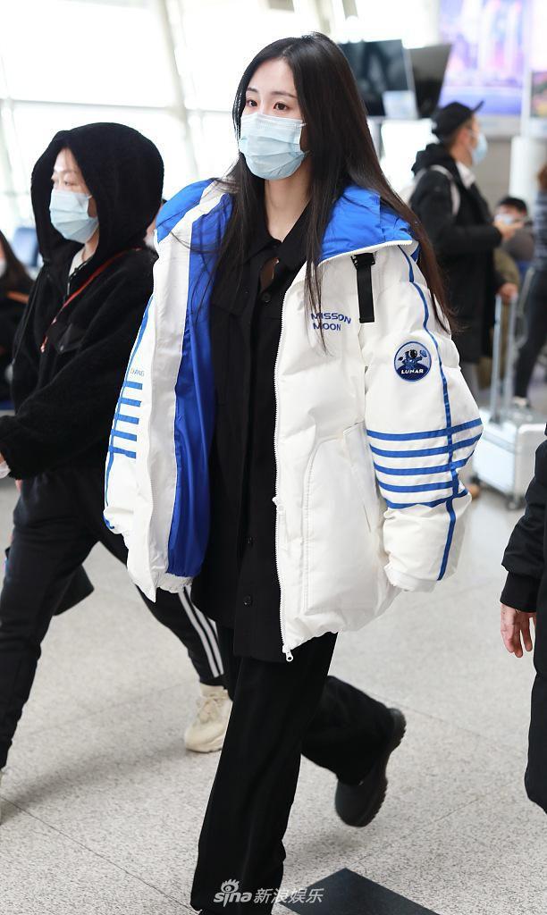 张碧晨穿蓝白外套活力十足 长发披肩眼神清澈