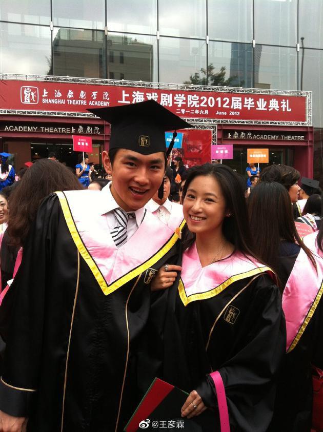 王彦霖承认与艾佳妮恋情 晒两人毕业合照亲密十足