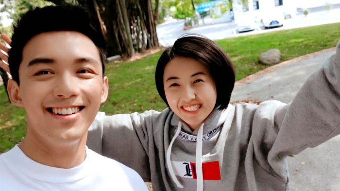 张子枫吴磊《盛夏未来》曝杀青自拍 二人甜蜜对视超有爱