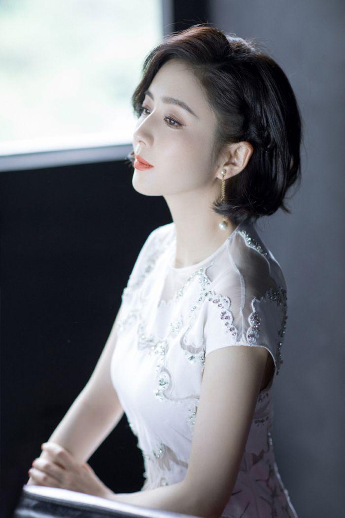 佟丽娅穿刺绣白裙气质清雅 一头微卷短发精致时髦