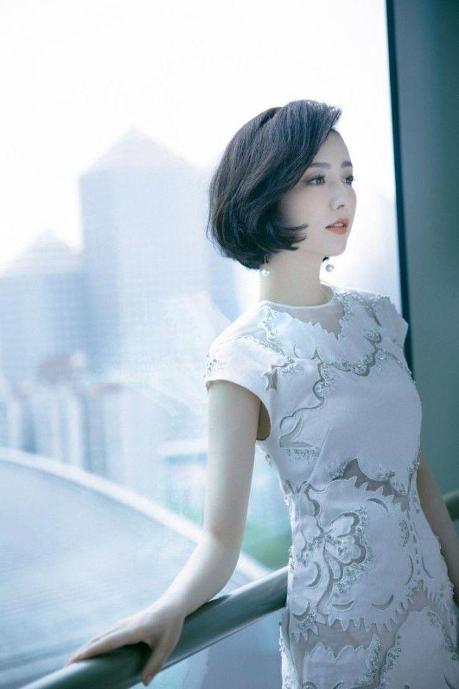 37岁佟丽娅晒美照,皮肤白到发光似瓷娃娃,穿旗袍秀蜂腰大长腿