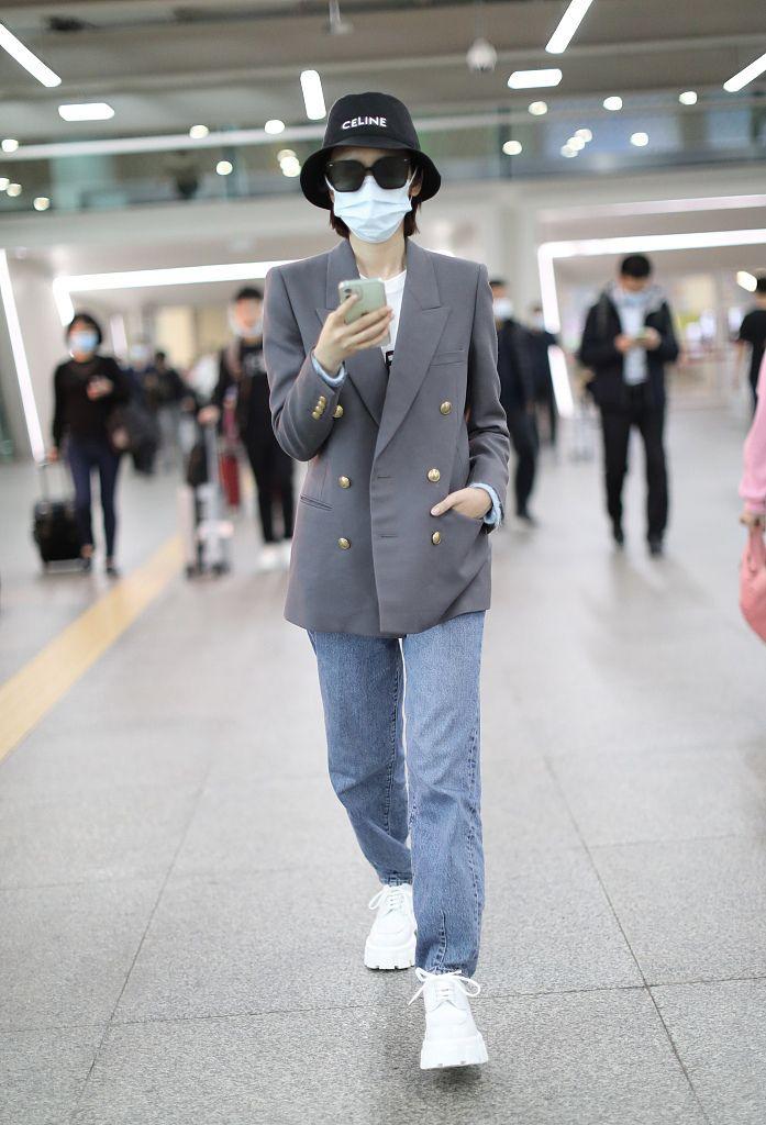 唐艺昕着休闲西装亮相机场 墨镜遮面一路戳手机