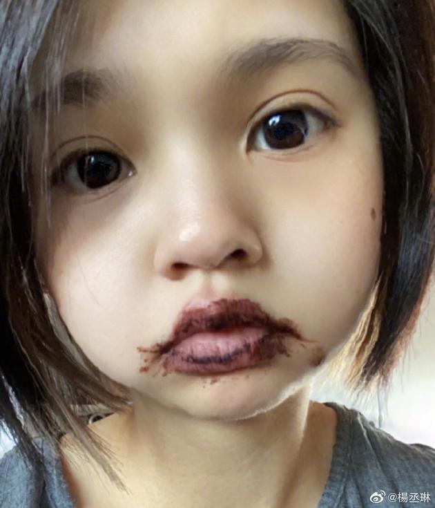 杨丞琳吃完脏脏包不擦嘴 开婴儿滤镜自拍大眼超萌