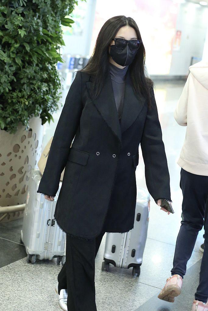 朱珠婚后低调现身机场 西装外套搭墨镜口罩简约干练