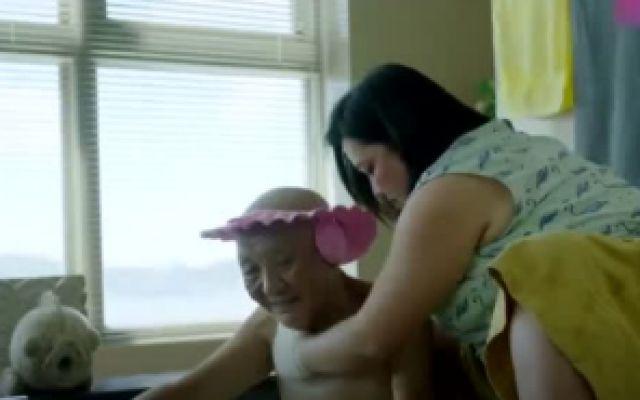 你的孩子不是你的孩子:男主的母亲在给一老头洗澡的时候遭揩油
