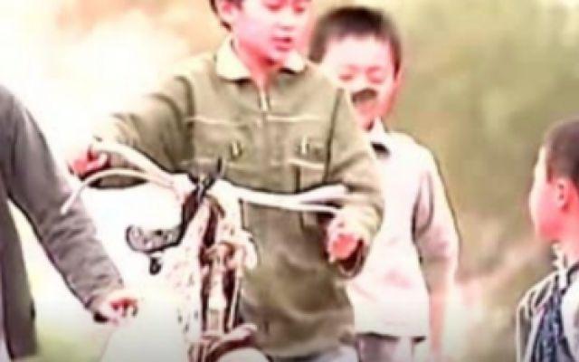 小孩为了能方便上学,向朋友要了这几件东西做了辆车!